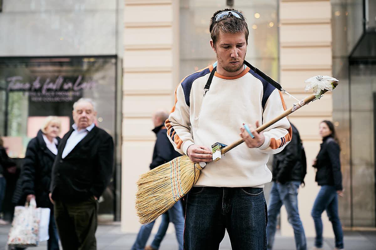 Der ungarische Bluesmusiker Feri Elesett spielt auf der Wiener Kärtnerstraße auf einem Besen den Blues.